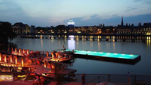 El barco piscina de Berl�n, el ba�o m�s original de Europa Playas del mundo