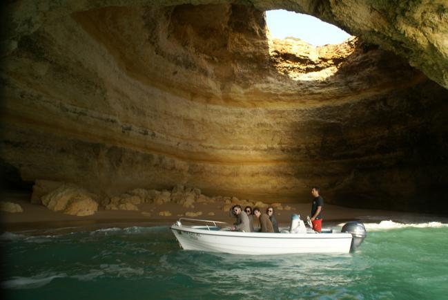 Algar de Benagil, playa lusitana encerrada en una cueva