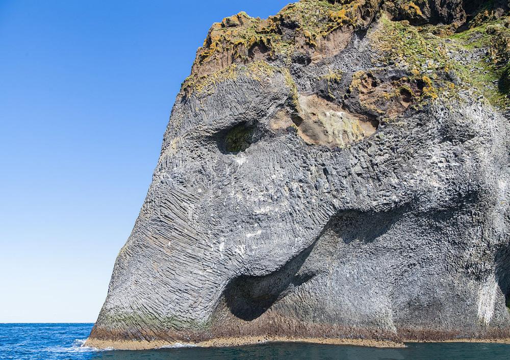 El elefante de roca bas�ltica en la isla de Heimaey (Islandia) Playas del mundo